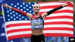 Shalane Flanagan de EE.UU. ganó la Maratón de Nueva York, el domingo, 5 de noviembre de 2017, poniendo fin a una racha de 40 años sin que una atleta estadounidense ocupara el primer puesto.