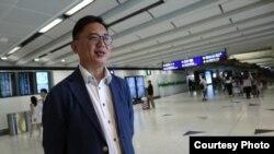 自由党周永勤在机场禁区内接受壹周刊独家采访(苹果日报图片)