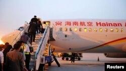 旅客登上海航客機 (資料圖片)