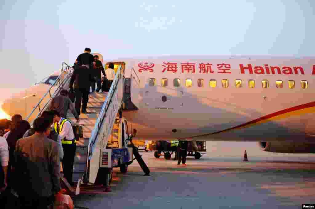 山东青岛,旅客登上海航的客机(2016年10月17日)。近期海航股权结构大变动。海南航空公司仅控股0.25%,中美两家慈航基金会控制52%股份。12名海航高管控股47.5%,其中海航的一号人物陈峰和二号人物王健各持14.98%股份。曾经控股29%神秘商人贯君已经不在控股者名单中。 海航说,贯君把股票捐赠给慈航基金会。 海航向英国《金融时报》证实,在其旗下一家P2P融资平台担任联席董事长的贯君,不再持有公司股票,持有他那些股份的基金会是2016年12月在纽约创建的,最近接手了贯君的持股。