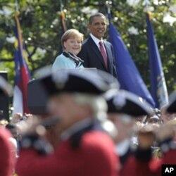 Le président Obama et la chancelière Merkel lors de la cérémonie d'accueil dans les jardins de la Maison-Blanche