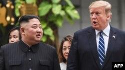 Predsednik SAD Donald Tramp i severnokorejski lider šetaju tokom pauze u pregovorima, u hotelu Sofitel Ledžend Metropol u Hanoju (Foto: AFP/Saul Loeb)