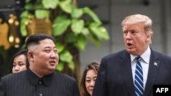 Presiden AS Donald Trump (kanan) dan Pemimpin Korea Utara Kim Jong-un saat jeda KTT II di Hotel Sofitel Legend Metropole, Hanoi, Vietnam, 28 Februari 2019.