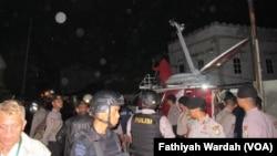 Tim Detasemen Khusus 88 Anti Teror Mabes Polri menangkap tiga terduga teroris di sebuah rumah kos-kosan yang berada di Bintara VIII, Bintara Jaya, Bekasi Barat (10/12). (VOA/Fathiyah Wardah)