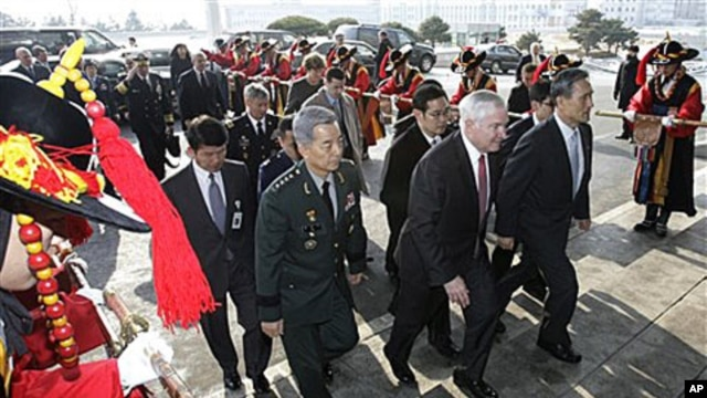 U.S. Defense Secretary Robert Gates, front center, walks with South Korean Defense Minister Kim Kwan-jin, right, and South Korean Gen. Han Min-koo, Seoul, Jan 14, 2011