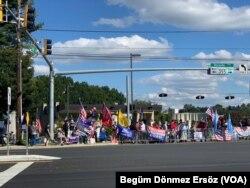 聚集在沃爾特·里德醫院外的特朗普支持者。