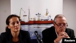 Sophie Beau, Wakil Presiden Jaringan Internasional SOS Mediterranea, dan Francis Vallat, presiden SOS Mediterranee Perancis, menghadiri konferensi pers di Paris, Perancis, mengenai kapal penyelamat migran Aquarius, setelah Panama mencabut registrasi kapal tersebut, 24 September 2018.
