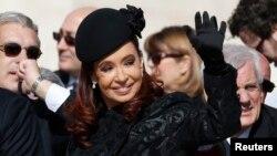 La presidenta argentina Cristina Fernández no es bienvenida en Gran Bretaña, al menos no para el funeral de Margaret Thatcher.