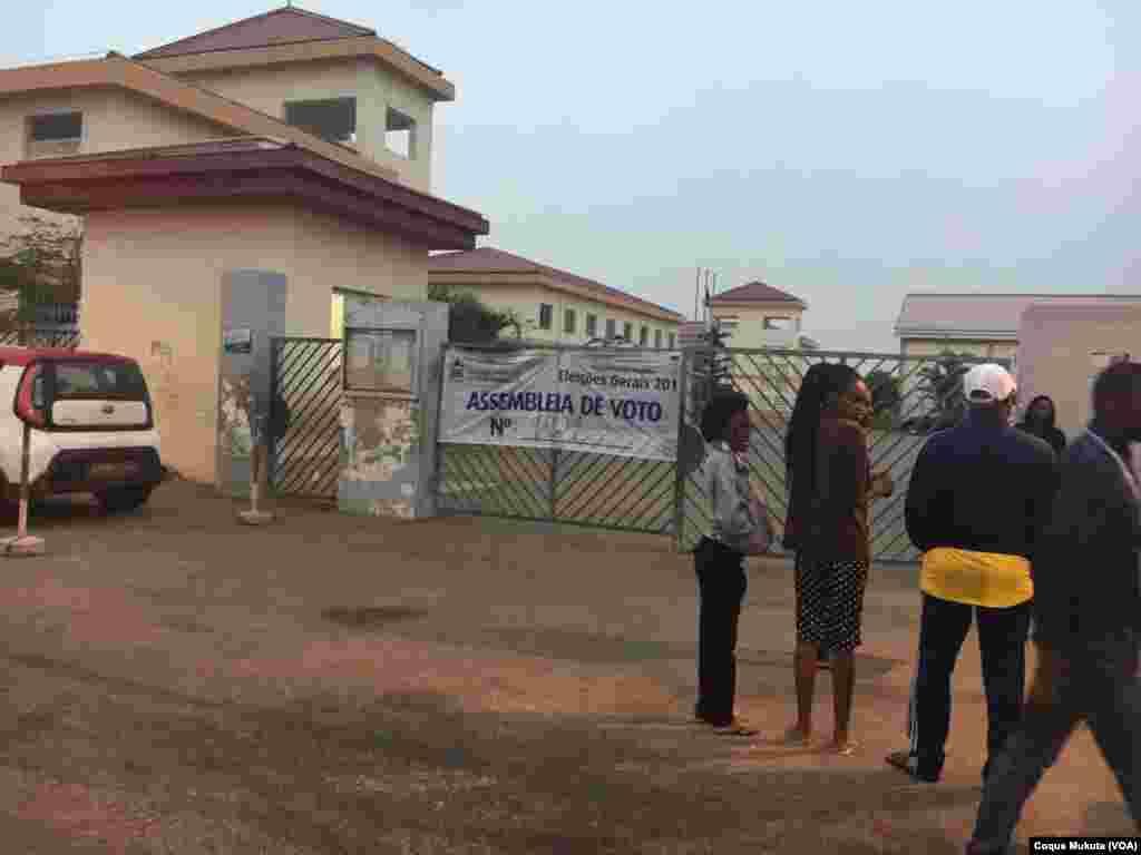 Des électeurs attendent l'ouverture du bureau de vote à Luanda, Angola, 23 août 2017.