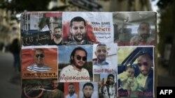 Portraits de détenus algériens exposés, dont Walid Kechida -un partisan du mouvement de protestation Hirak en Algérie- devant l'ambassade d'Algérie à Paris, le 12 août 2020.