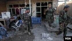 ກຳລັງຮັກສາ ຄວາມປອດໄພ ອັຟການິສຖານ ປະເມີນຄວາມເສຍຫາຍ ຫຼັງຈາກ ການປະທະກັນ ລະຫວ່າງ ພວກນັກລົບ ຕາລີບານ ແລະ ກຳລັງຮັກສາຄວາມປອດໄພ ອັຟການິສຖານ ຢູ່ທີ່ ສະໜາມບິນ Kandahar ຂອງອັຟການິສຖານ, ວັນທີ 9 ທັນວາ 2015.