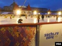 贴满索契奥运标志的莫斯科红场溜冰场(美国之音 白桦)