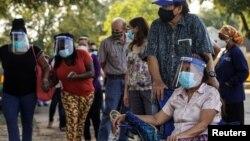 Stanovnici Teksasa čekaju u redu tokom ranog glasanja u Hjustonu, 13. oktobra 2020. (Foto: Reuters/Go Nakamura)