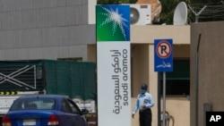 沙特吉達的沙特阿美公司總部前一名保安正在檢查出入車輛。 (2020年3月9日)