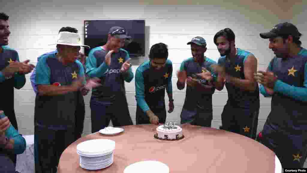 دیگر کھلاڑیوں کے ساتھ ملکر ڈریسنگ روم میں کیک کاٹا
