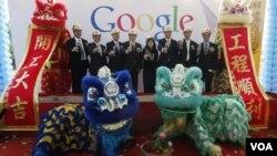 Representantes del gobierno de Hong Kong y ejecutivos de Google celebran el convenio del nuevo centro de información.