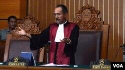 Hakim Sarpin Rizaldi di Pengadilan Negeri Jakarta Selatan (2/2). (VOA/Fathiyah Wardah)
