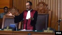 Hakim Sarpin Rizaldi usai menunda sidang praperadilan calon Kapolri Komjen Budi Gunawan di PN Jakarta Selatan (2/2). (VOA/Fathiyah Wardah)
