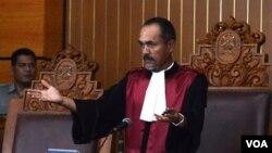 Hakim Sarpin Rizaldi usai menunda sidang praperadilan calon Kapolri Komjen Budi Gunawan di PN Jakarta Selatan, 2 Februari 2015. (Foto: dok - VOA/Fathiyah Wardah)