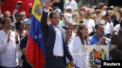 Pemimpin oposisi Venezuela Juan Guaido menyapa pendukungnya dalam aksi demonstrasi oposisi di Caracas, Venezuela, Sabtu (2/2).