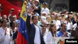 លោក Juan Guaido បក់ដៃទៅកាន់អ្នកគាំទ្រនៅក្នុងពេលប្រមូលផ្តុំមួយ នៅក្នុងក្រុង Caracas ប្រទេសវ៉េណេស៊ុយអេឡា កាលពីថ្ងៃទី២ ខែកុម្ភៈ ឆ្នាំ២០១៩។
