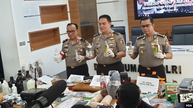Kepala Divisi Hubungan Masyarakat Polri Inspektur Jenderal Mohammad Iqbal saat menunjukkan sejumlah barang bukti di kantornya, Jakarta, Jumat (18/5).(Foto: VOA/Sasmito)