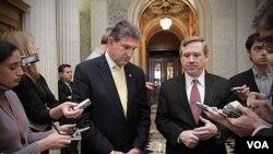 Beberapa anggota Senat AS memberikan penjelasan setelah mereka menyetujui perpanjangan pemotongan pajak (17/12).