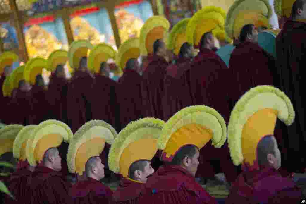 Monges tibetanos no exilio preparam-se para o Ano Novo tibetano no mosteiro deDharmsala, India.
