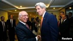 امریکی وزیر خارجہ جان کیری اور پاکستانی مشیر خارجہ سرتاج عزیز