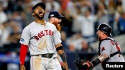 지난해 10월 2018 ALDS 플레이오프 야구 시리즈에서 뉴욕양키스가 보스턴 레드삭스를 상대로 이긴 후 에두아르도 누녜스 선수가 환호하고 있다. 제공: Noah K. Murray