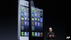 CEO Apple Tim Cook saat memperkenalkan ponsel terbaru Apple, iPhone 5 bulan September tahun lalu (foto: dok). Peluncuran iPhone 5 gagal mendongkrak saham Apple yang terus turun.