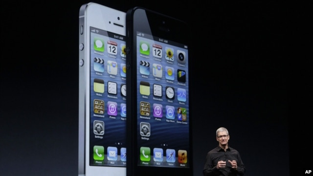 CEO Apple Tim Cook saat mempresentasikan iPhone 5 pada sebuah acara di San Francisco, September 2012. (AP/Jeff Chiu)