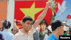 18일 베트남 호치민에서 반중 시위 참가자가 주먹을 들어보이고 있다.