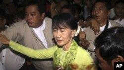 San Suu Kyi en el aeropuerto internacional de Yangon, en Myanmar, al momento de su partida hacia EE.UU.