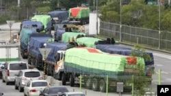 지난 2010년 수해 지원 물자를 전달하기 위해 개성으로 향하는 한국의 대북 지원 차량들. (자료사진)