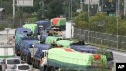 지난 2010년 8월 한국에서 대북 수해 지원 물자를 전달하기 위해 개성으로 향하는 트럭들.