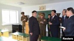 Pemimpin Korea Utara Kim Jong-un memberi arahan di tempat permukiman ilmuwan Wisong di Pyongyang.