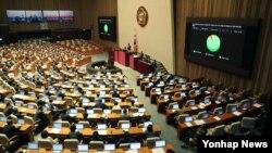 17일 한국 국회 본회의에서 '박근혜 정부의 최순실 등 민간인에 의한 국정농단 의혹 사건 규명을 위한 특별검사의 임명 등에 관한 법률안'이 통과되고 있다.