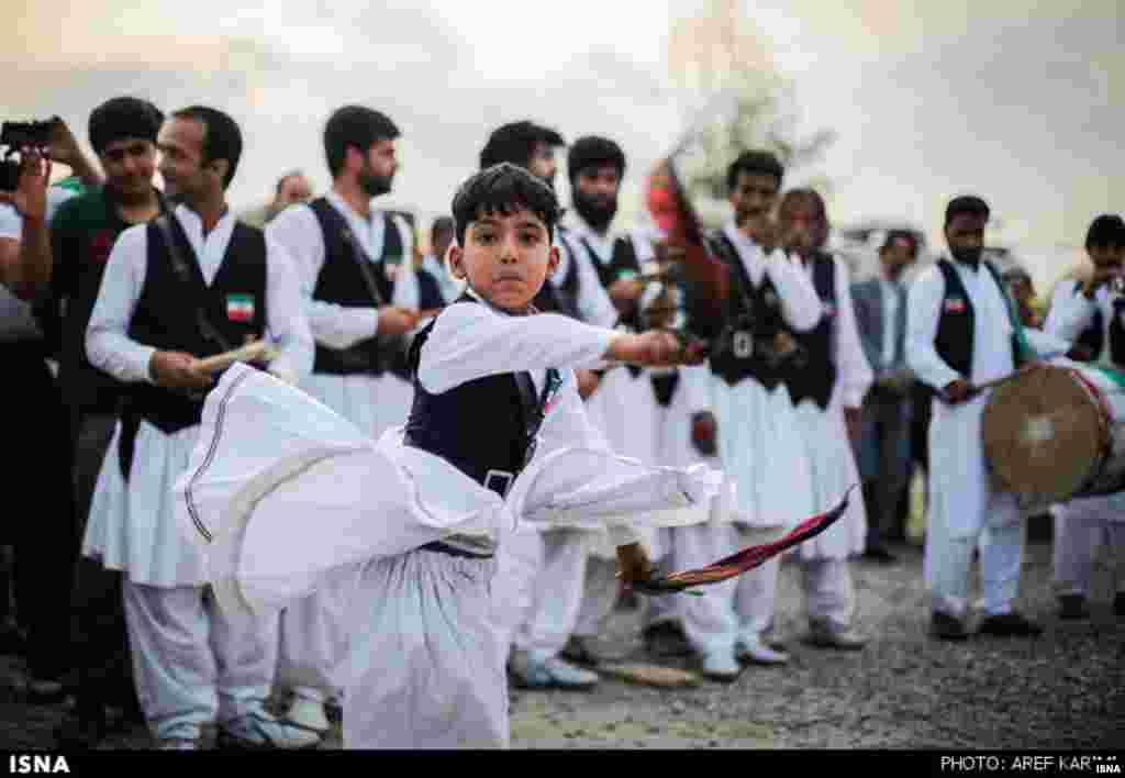 نوجوانی از خراسان در نمایشگاه اقوام که در استان گلستان برگزار شده است، در حال رقص سنتی منطقه خود است. این جشنواره در گرگان برپا شد.