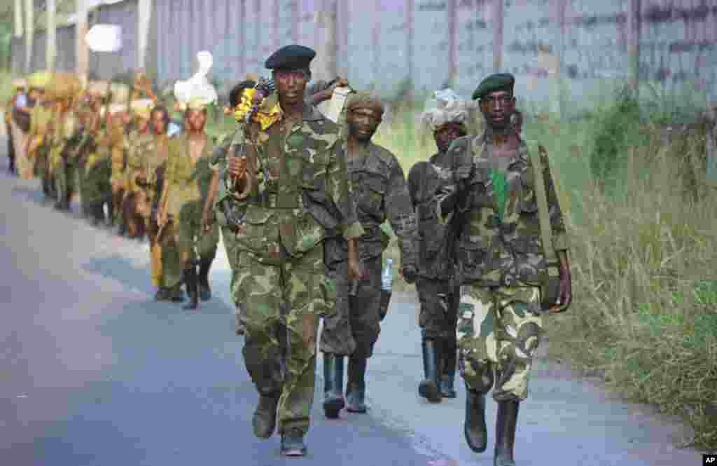 Des milliers de rebelles font leur entrée au lendemain de la fuite du président Mobutu Sese Seko après 32 ans de règne, à Kinshasa, le 17 mai 1997.