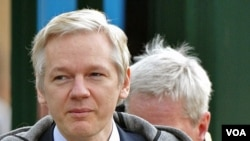 Pendiri WikiLeaks, Julian Assange saat tiba di pengadilan Belmarsh di London, 7 Februari 2011.