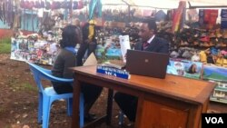 County assembly member Karungo wa Thang'wa meets with constituents at a market outside Nairobi every Tuesday as he waits for the government to pay for an office, Kenya. (G. Joselow/VOA)