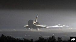 la navette Endeavour effectuant son dernier atterrissage