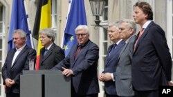 Các Ngoại trưởng của 6 nước sáng lập EU (từ trái sang): Jean Asselborn (Luxemburg), Paolo Gentiloni (Ý), Frank-Walter Steinmeier (Đức), Didier Reynders (Bỉ), Jean-Marc Ayrault (Pháp) và Bert Koenders (Netherlands), có cuộc gặp gỡ ngắn với giới truyền thông sau cuộc họp về việc nước Anh rời khỏi EU tại Berlin, Đức, ngày 25 tháng 6 năm 2016.