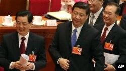 中共總書記習近平(中)﹐中國國家主席胡錦濤(左)與中國總理溫家寶(右)於2013年3月5日人大開幕式後。