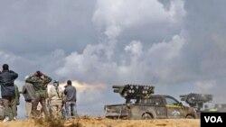 Pasukan NTC Libya menembakkan roket ke arah kubu pasukan pro-Gaddafi di kota Sirte (11/10).