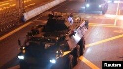 中国军队进行例行轮换的军车2019年8月29日行驶在香港的道路上。