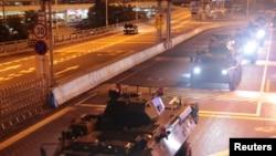 中國軍方星期四(8月29日)凌晨調派新的海陸空部隊進入香港。官方稱,這是駐港部隊的年度例行輪換。
