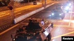 中國官方媒體8月29日公佈了新調派的海陸空部隊進入香港的消息,其中包括駐港部隊的裝甲運兵車和一艘巡邏艇的照片。