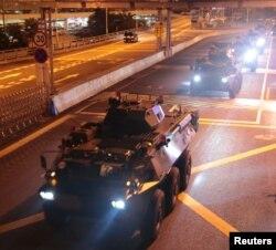 2019年8月29日中国解放军在香港进行例行换岗军车通过皇岗口岸。